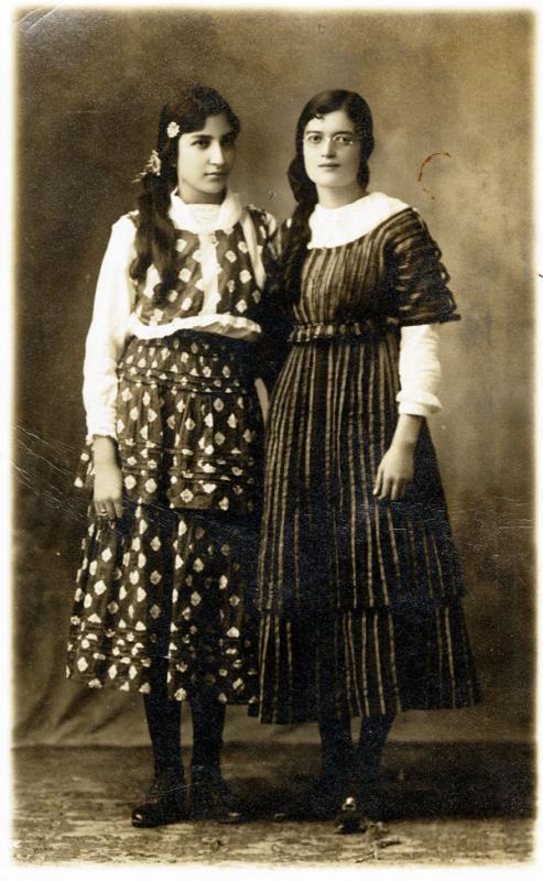 María De la Torre con una amiga