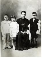 Fotografía de la Primera Comunión de Carlos De la Torre, junto al padre Juan Navarrete<br />