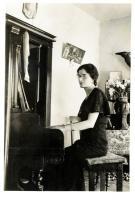 María De la Torre Uribarren al piano