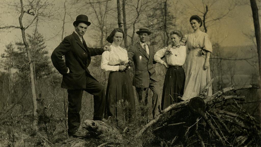 Swigart family portrait outdoors